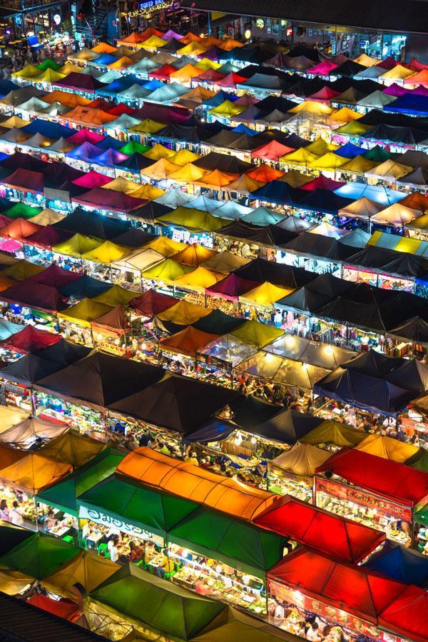 Mua sắm tại chợ đêm Bangkok Thái Lan