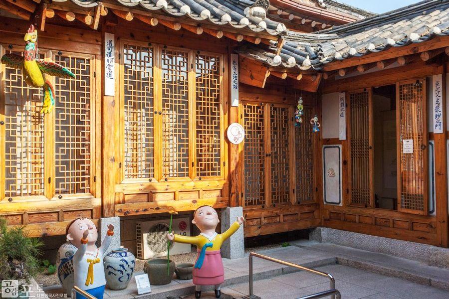 Tham quan chụp hình tại ngôi nhà Gokdoorang