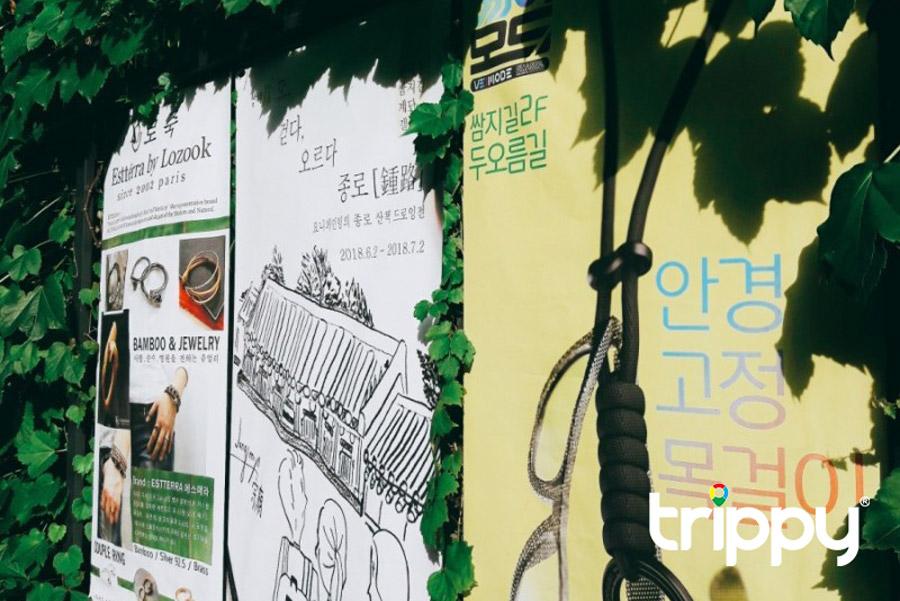 Những tấm poster giữa bức tường lá xanh